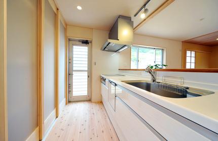 引き戸を設けたキッチン収納